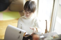 子供部屋で勉強をする女の子