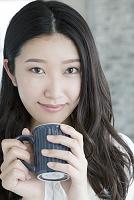 マグカップを持つ20代女性