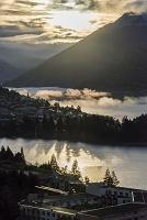 朝日を浴びて立ち上る湖の朝靄
