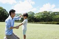 広場で握手する日本人親子
