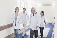 病院の廊下を歩く医療チーム