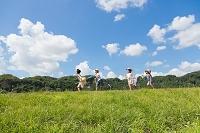 土手を走る日本人の子供たち