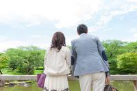 池を見ている中高年夫婦
