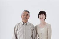 笑顔の日本人シニア夫婦 白バック