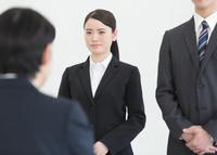 面接を受ける日本人ビジネスパーソン