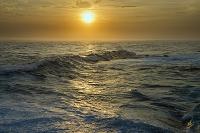 和歌山県 夕日に染まる波 千畳敷海岸