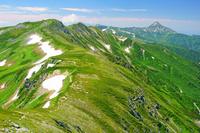 岐阜県 双六岳左と笠ケ岳右奥の山