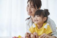 粘土遊びをする日本人親子