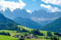 イタリア フネスの教会とガイスラー山群