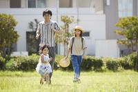 公園で遊ぶ三人家族