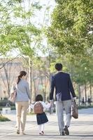 手を繋いで歩く日本の家族