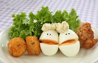 顔のあるかわいいジャガイモのフライとゆで卵の仲間とレタス