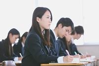授業を受ける高校生