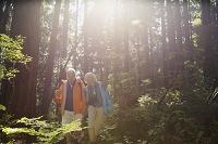 ハイキングする外国人のシニア夫婦