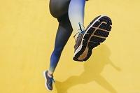 ジョギングする外国人女性の足元