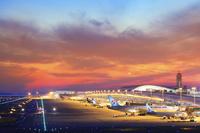 大阪府 夕焼けの関空第一ターミナルビルと飛行機
