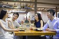 外食を楽しむ男女のグループ