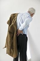 腰が痛いシニア男性