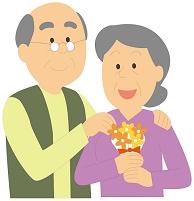 敬老の日で花束を貰う老人女性と老人男性