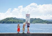 バスを待つ水着の子供と夏雲