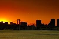 東京都 豊洲市場屋上緑化広場から夕暮れの富士山方面