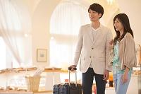 ホテルのロビーにいる日本人夫婦