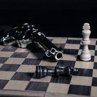 拳銃とチェスの駒