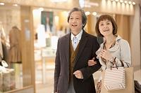 買い物をする中高年夫婦