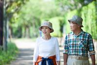 散歩する日本人シニア夫婦