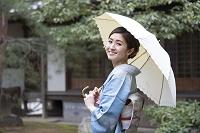 日傘を持つ着物の日本人女性