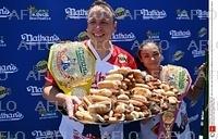 米独立記念日恒例 ホットドッグ早食い競争