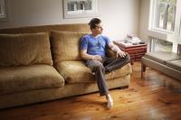 ソファに座る若い男性