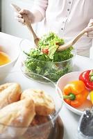 サラダを作る女性のパーツ