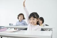 手を上げる日本人の女の子