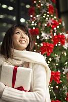 プレゼントを抱える女性
