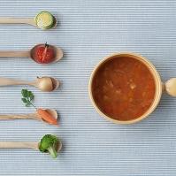 スプーンの上のミニ野菜とミネストローネ