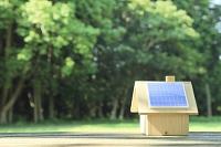 森の中に置かれたソーラーパネルの家 木製ミニチュア