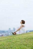 芝生の上で笑う女性