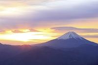 山梨県 櫛形山林道から富士山と朝焼けの空