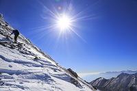 長野県 文三郎尾根を進む登山者と権現岳と鳳凰三山と北岳