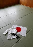 畳の上の柔道着と日の丸