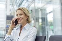 電話をかける外国人女性