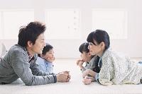 リビングでくつろぐ日本人家族