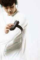 音楽を聴いて運動する男性