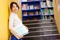 ノートを持つ笑顔の日本人女性