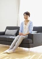 ソファに座るシニアの日本人女性