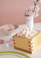枡に盛った雛あられと桜の花