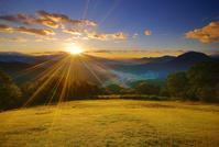 長野県 青木村 十観山より浅間山から昇る朝日と芝生広場