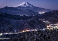 山梨県 百蔵山より望む冬の山並みと富士山
