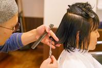 神奈川県 ヘアサロン イメージ ヘアカットされる女性
